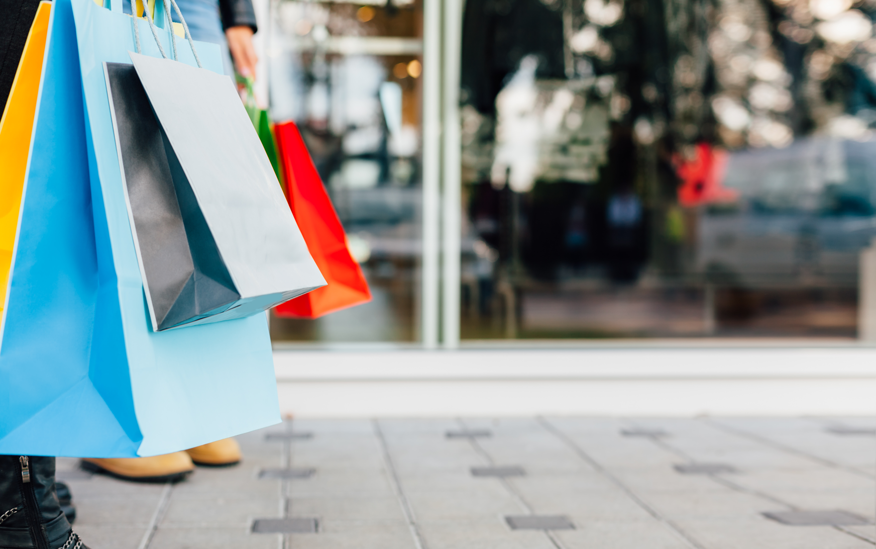 retailing and online shopping Store retailing the retail scene in america is a dazzling array of independent shops, department stores, discount and off-price enterprises, convenience stores.